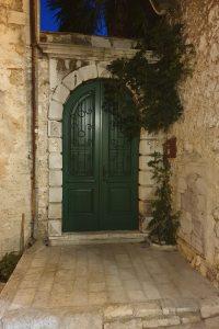 kameni lukovi iznad vrata 2