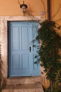 plava boja vrata